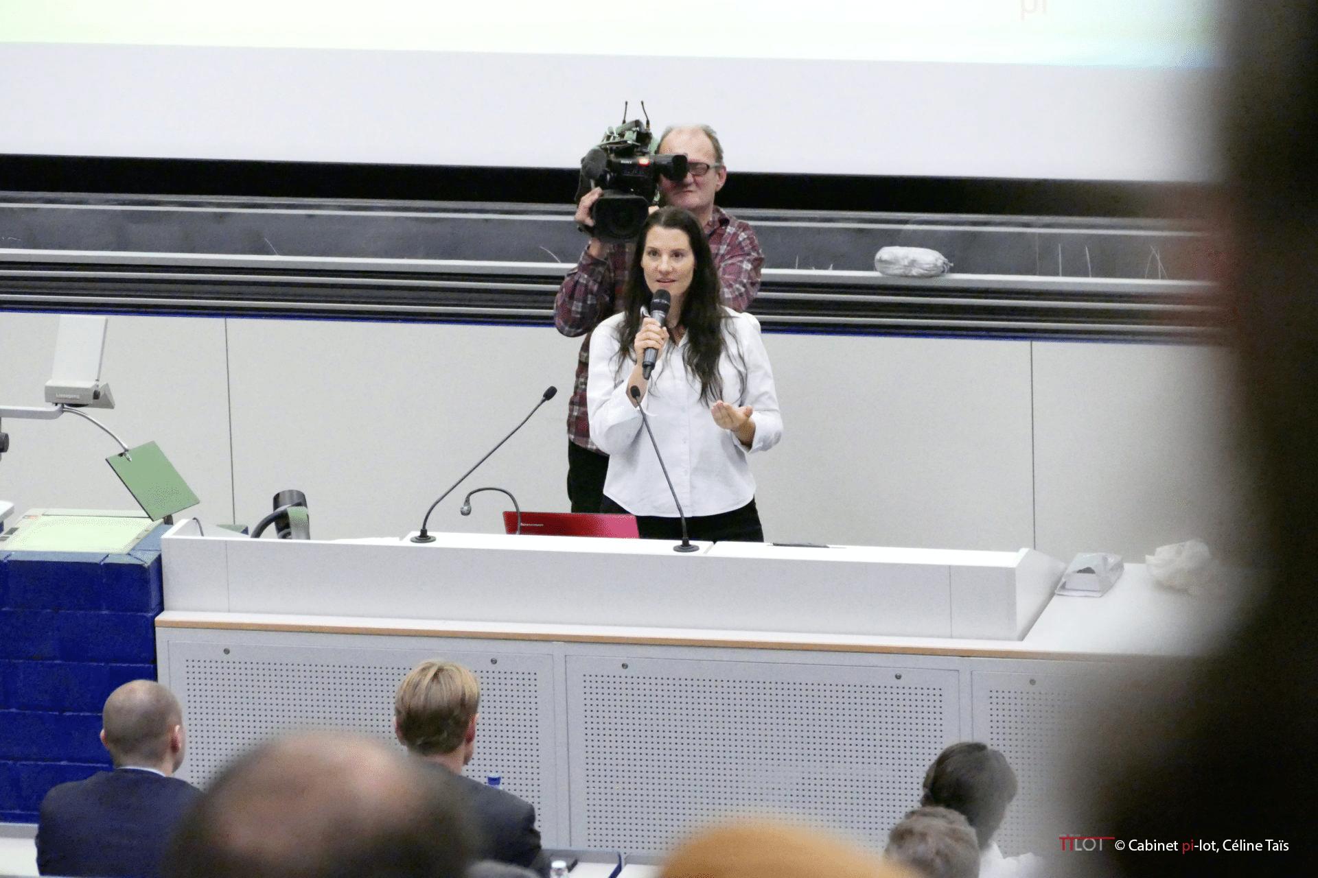 Céline Taïs, en pleine conférence